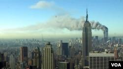 两架被劫持的飞机于 2001 年 9 月 11 日撞上世界贸易中心的双子塔后,浓烟滚滚穿过纽约市的天际线。