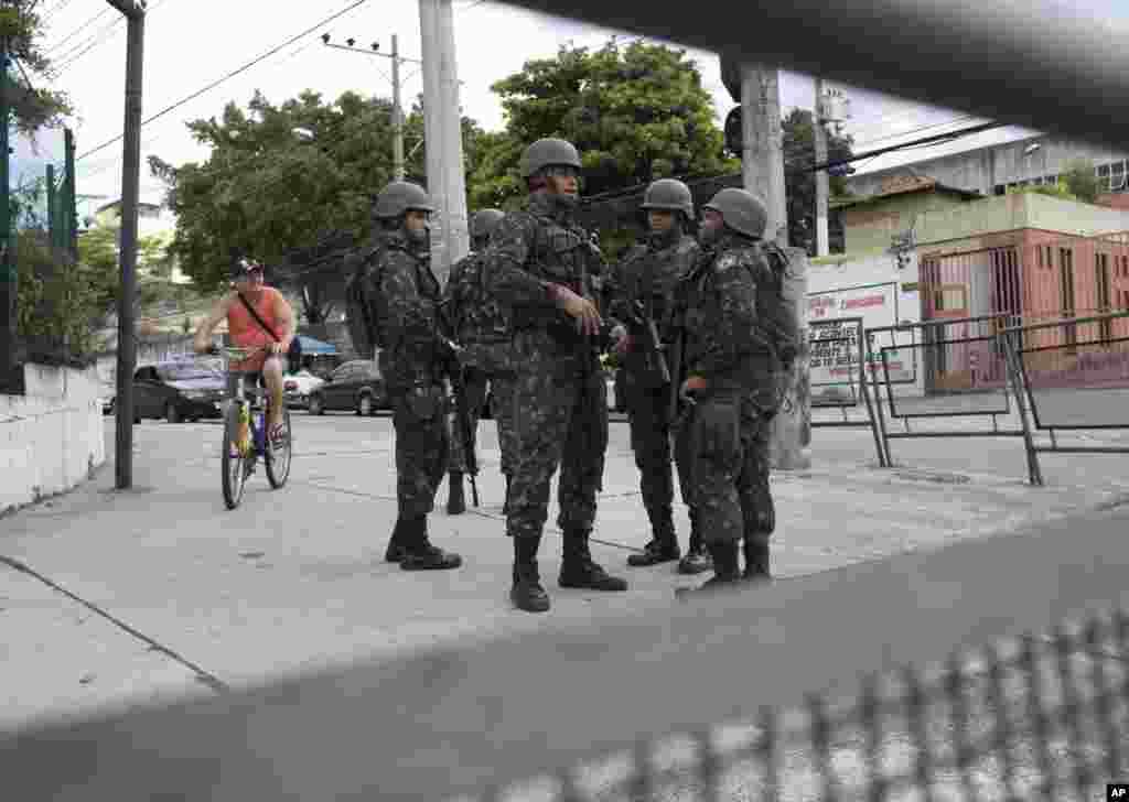 حضور سربازان برزیلی در خیابانهای ریو دو ژانیرو همزمان با کارناوالی در این شهر. رئیس جمهوری برزیل از آنها خواسته امنیت جشن را تامین کنند.