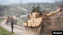 一支土耳其军车队抵达与叙利亚接壤的土耳其基利斯村。(2018年1月21日)