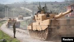 土耳其军队的车队抵达基利斯省的土耳其-叙利亚边境。(2018年1月21日)