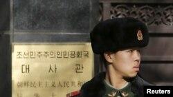 在北韓駐華大使館外站崗的中國武警(資料圖片)