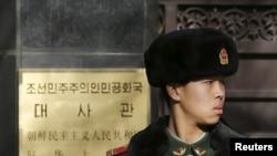 Penjaga keamanan berjaga-jaga di pintu masuk kedutaan besar Korea Utara di Beijing, 6 Januari 2016. Korea Utara mengatakan berhasil melakukan uji coba bom hydrogen pertamanya.