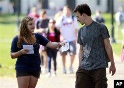 L'étudiante Genna Schwartz des Jeunes Démocrates de l'université de d'Etat de l'Ohio informe ses camarades au sujet de la prochaine visite du président Obama
