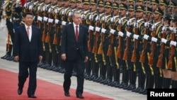 29일 중국을 방문한 레제프 타이이프 에르도안 터키 대통령(오른쪽)이 시진핑 국가주석과 함께 베이징 인민대회당 앞에서 의장대의 환영식을 받고 있다.