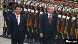 2015年7月29日土耳其总统埃尔多安(右)和中国同行习近平在人在北京人民大会堂欢迎仪式上检阅仪仗队
