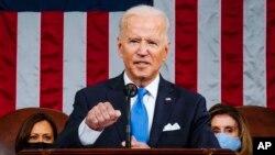 Peringkat popularitas Presiden Joe Biden konsisten di kisaran 63%, menurut jejak pendapat terbaru.