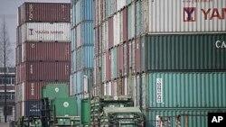 在中國港口等待出口各國的貨櫃箱(資料照片)
