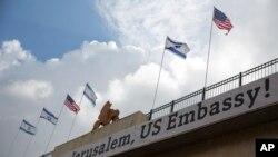 اسرائیلی حکام نے سفارت خانے کے افتتاح کے موقع پر یروشلم کو سجایا ہے۔