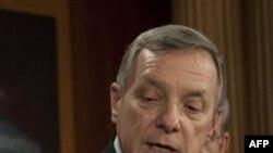 Thượng nghị sĩ Dân chủ Dick Dubin của tiểu bang Illinois cho biết ông đã nhận được nhiều cú điện thoại thắc mắc tại sao ông bỏ phiếu thuận cho kế hoạch