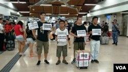 香港北區水貨客關注組4名成員在上水火車站大堂默站示威,要求當局加強打擊水貨客 (被訪者提供)