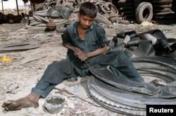 ٹائروں پر پنکچر لگانے والے بچے پاکستان کے اکثر شہروں اور قصبوں میں عام دکھائی دیتے ہیں۔
