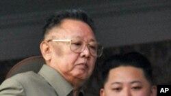 군 열병식을 지켜보는 김정일 국방위원장과 김정은(자료사진)