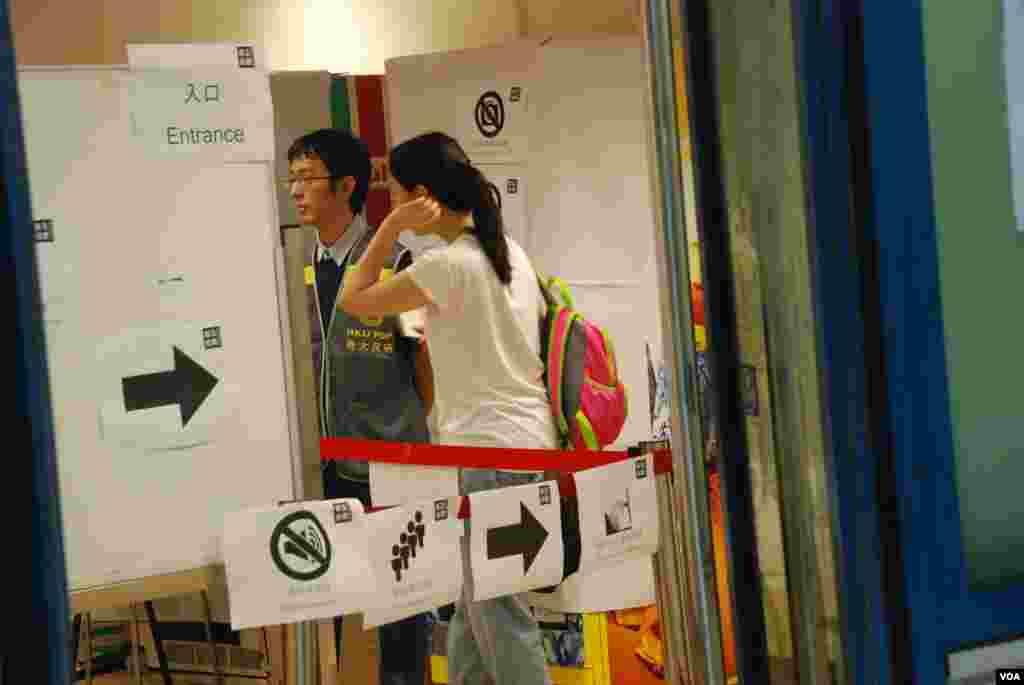 佔中全民投票主辦單位,最近向中國廠家訂製實體票站所需的白色紙板屏障及票箱,被中國海關充公