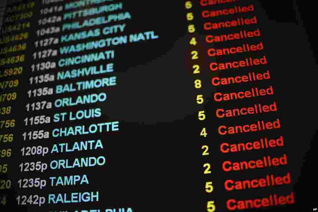 Các chuyến bay bị hủy bỏ hiển thị trên bảng điện tử tạiSân bay Quốc tế Bradley ở Windsor Locks, Connecticut, ngày 27/1/2015.