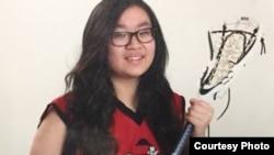 Carly Nguyễn rất thích chơi môn bóng vợt.