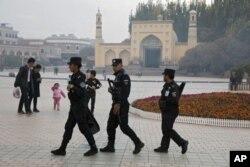 지난 2017년 11월 중국 신장 자치구 서부 카슈가르에서 공안들이 이슬람사원 주변을 순찰하고 있다. (자료사진)