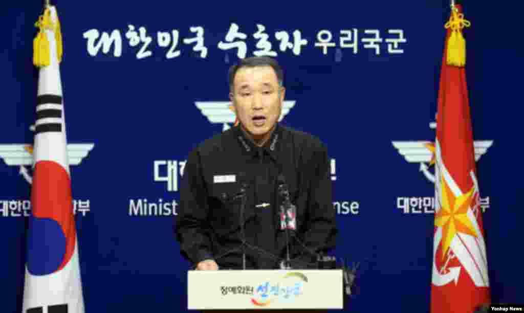 23일 한국 국방부에서 북한 장거리로켓 '은하3호' 잔해 조사결과를 발표하는 국방부 정보 관계자.