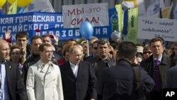 Tổng thống Nga Dmitry Medvedev và Tổng thống đắc cử Vladimir Putin tham gia cuộc tuần hành được tổ chức bởi công đoàn và đảng Nước Nga Thống nhất tại Moscow, ngày 1/5/2012