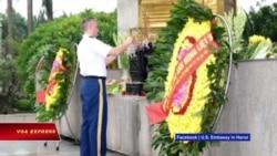 Tùy viên quân sự Mỹ viếng đài tưởng niệm liệt sĩ cộng sản Việt Nam