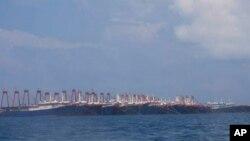 지난 7일 남중국해 윗슨암초에 중국 선박 200여척이 모여있는 사진을 필리핀 해안경비대가 공개했다.