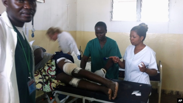 Medical personnel treat a wounded person after a mortar exploded in a neighborhood of Goma, eastern Congo, May 22, 2013.