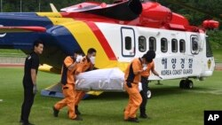 헬기로 이송한 희생자 시신을 옮기는 한국 해양경찰