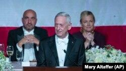 """Bivši šef Pentagona, general Džim Matis na svečanoj večeri odgovorio je na izjavu predsednika Trampa da je """"najprecenjeniji general""""."""