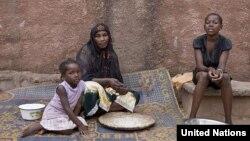 Một gia đình Mali chạy lánh cư trong thủ đô Bamako