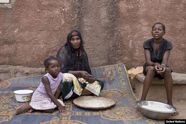 A displaced Malian woman gets ready to prepare a meal in their new home in Bamako, capital of the country. (UNHCR/H.Caux)