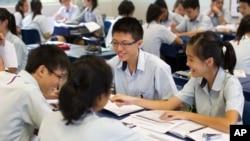 싱가포르의 리버사이드 중학교에서 학생들이 그룹토의를 하고 있다.