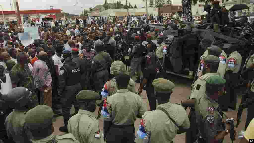 Forças de segurança se confrontam com manifestantes contra as recentes eleições.