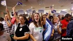 Mbështetësit e kandidatit demokrat Danny O'Connor brohorasin rezultatet e zgjedhjes së posaçme për Kongresin, në distriktin 12 të shtetit Ohio, më 7 gusht 2018