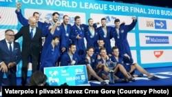 Vaterpolo reprezentacija Crne Gore posle pobede na završnom turniru Svetske lige u Budimpešti (Foto: Vaterpolo i plivački Savez Crne Gore - wpolo.me)
