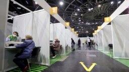 Berlin'deki kapalı bisiklet arenası Velodrom'da kurulan aşılama merkezi