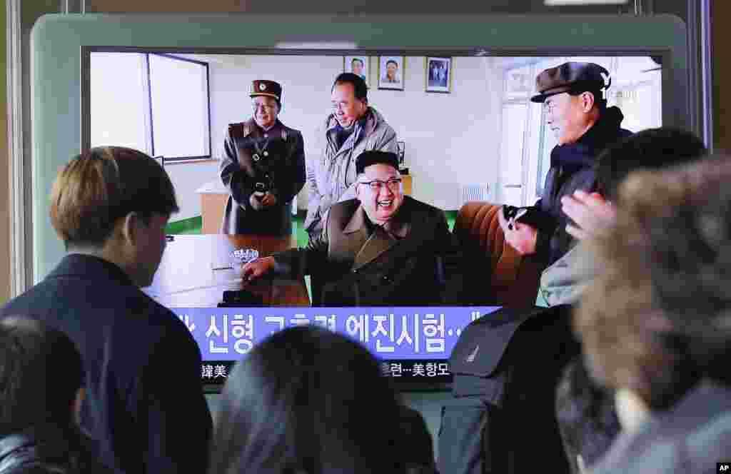 북한이 신형 로켓엔진 지상분출실험 현장을 공개한 19일 한국 서울역에서 시민들이 관련 TV 보도를 시청하고 있다.