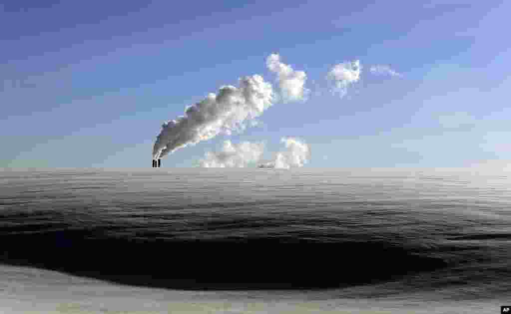 Hơi từ một nhà máy sưởi ở Minsk, Belarus bốc lên sau khi trời ở đây lạnh 14 độ âm. (AP)