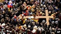 Jóvenes peregrinos llevan la cruz de la JMJ en Sydney cuando se celebraron allí las jornadas en 2008.