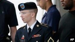 Manning bị cáo buộc 21 cáo trạng nhưng nghiêm trọng nhất là giúp đỡ địch quân, cáo trạng đó có thể đưa tới án phạt tù chung thân