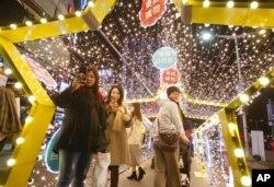 """Warga di Taiwan mengagumi keindahan dekorasi lentera perayaan Tahun Baru Imlek, """"Tahun Tikus"""" di Taipei, Taiwan, 9 Februari 2020."""