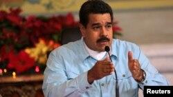 Maduro intenta mantener la herencia de Chávez al vincular lo militar con el gobierno.