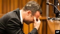 Vận động viên Oscar Pistorius nghe nhân chứng kể lại vụ án mạng trước tòa ở Pretoria, Nam Phi 6/3/14
