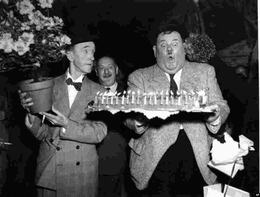 امروز در تاریخ - عکسی از جشن تولد اولیور هاردی ۱۹۵۱. او شش سال بعد درگذشت. لورل و هاردی دو کمدین انگلیسی و آمریکایی بودند که آثار کمدی زیادی تولید کردند.
