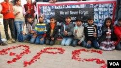 آرمی پبلک اسکول پشاور میں دہشت گردی کا نشانہ بننے والے بچوں کی یاد میں شمعیں روشن کی جا رہی ہیں۔ فائل فوٹو