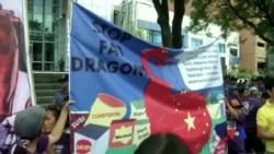 2015-07-24 美國之音視頻新聞:菲律賓人在中國領館外抗議中國填海造島