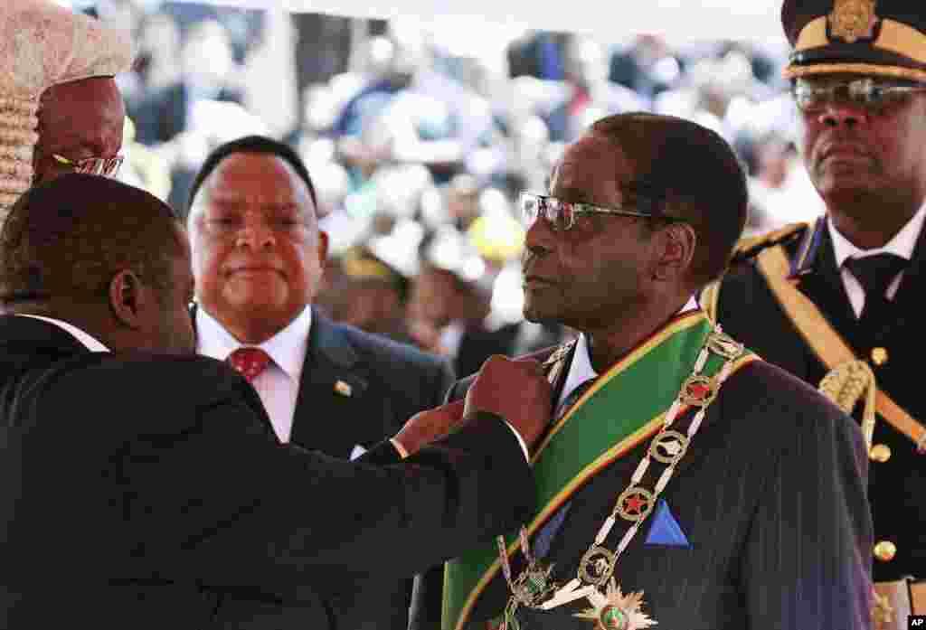 Zimbabve prezidenti Robert Muqabe Hararedə andiçmə mərasimində. 22 avqust, 2013