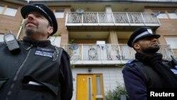 영국 여성 3명이 30년간 노예생활을 했던 것으로 드러난 집 앞을 24일 경찰들이 지키고 서 있다.