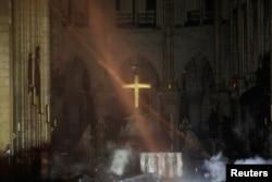 نمایی از داخل کلیسا بعد از آتشسوزی روز دوشنبه