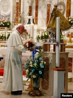 ສັນຕະປາປາ Francis ກຳລັງວາງດອກໄມ້ບູຊາ ຢູ່ທີີ່ີ່ໂບດ sanctuary to her in El Cobre, Cuba.
