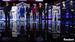 美国10位民主党总统参选人2019年11月20日在乔治亚州亚特兰大市进行最后一场辩论(资料照片)