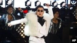 Ca sĩ Psy trình diễn tại Quảng trường Times trong lễ đón mừng năm mới 2013 tại New York.